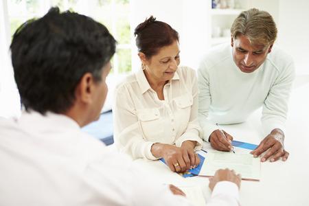 Couples aînés Réunion indien avec le conseiller financier à la maison Banque d'images - 28159383