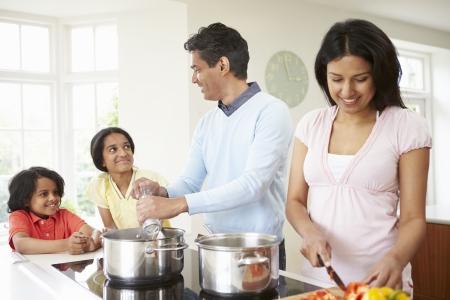 niños cocinando: Familia india de comidas cocinar en casa