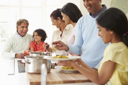 ni�os cocinando: Multi generacional Comida india cocinar en casa Foto de archivo
