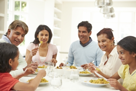 familia comiendo: Multi generacional Indian Comer comida en el hogar