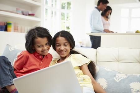 indianen: Indische Familie met laptop thuis Stockfoto