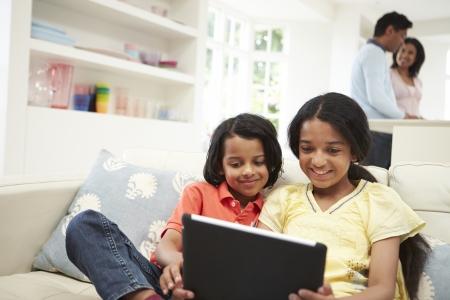 indianen: Indische Familie met digitale tablet At Home