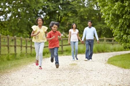 Indian Walking familia en Campo Foto de archivo - 24485009