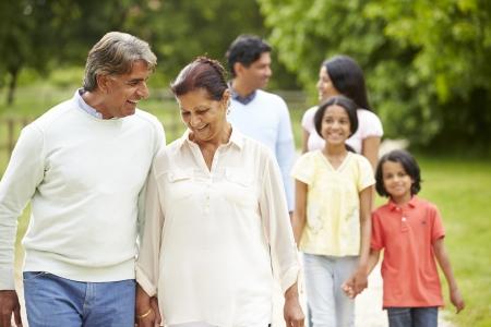 campagna: Muti-Generation indiano Famiglia che cammina nella campagna