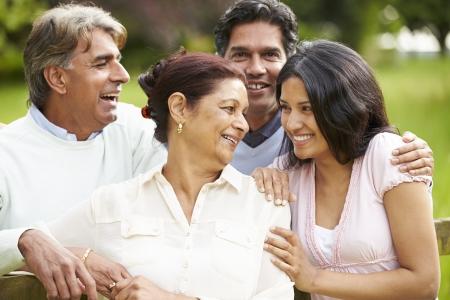 personnes qui marchent: Indien famille marchant en Campagne