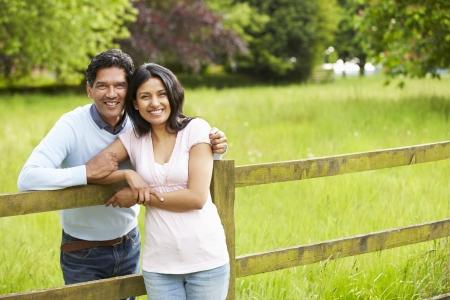田舎で歩くインドのカップル 写真素材
