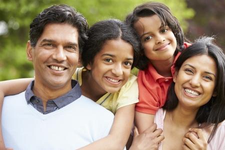 家庭: 印度家庭走在鄉村 版權商用圖片
