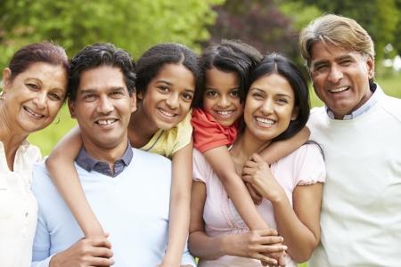 abuelos: Muti-generacional de la India recorren en campo
