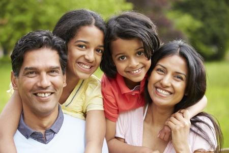 インドの家族は田舎で歩く