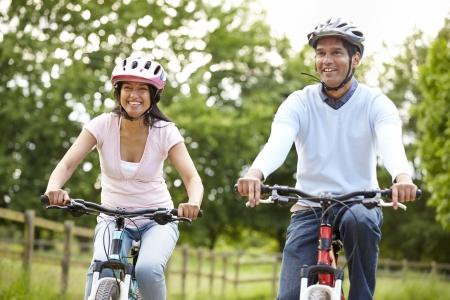 indianen: Indisch Paar Op Cycle Ride In Platteland