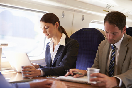 occupations and work: Imprenditrice recarsi al lavoro sul treno e con laptop Archivio Fotografico