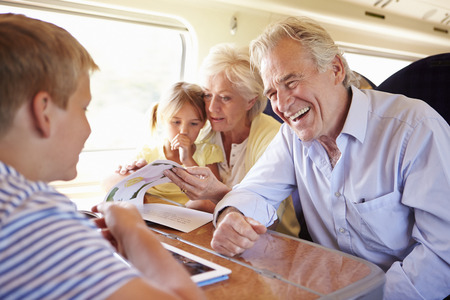 조부모 그리고 기차 여행에 편안한 손자 스톡 콘텐츠