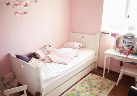 Camera da letto vuota e disordinato del bambino