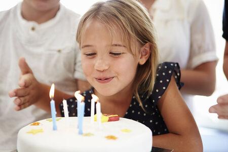 tortas cumpleaÑos: Muchacha que celebra cumpleaños con la torta Foto de archivo