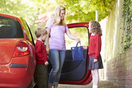 Mère de conduite à l'école avec les enfants Banque d'images