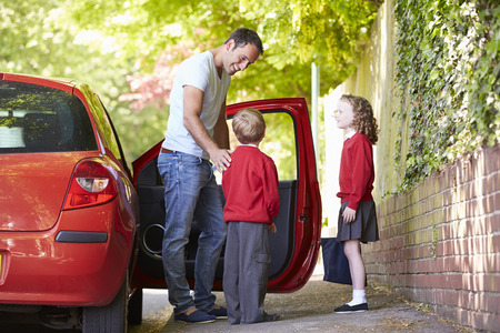 üniforma: Çocuklar Okula Sürüş Baba Stok Fotoğraf