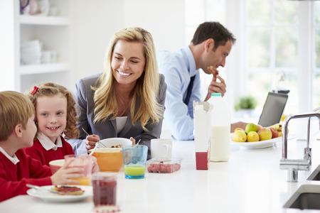 colazione: Famiglia facendo colazione in cucina prima di scuola e lavoro