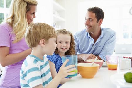 Famille petit déjeuner dans la cuisine Ensemble Banque d'images