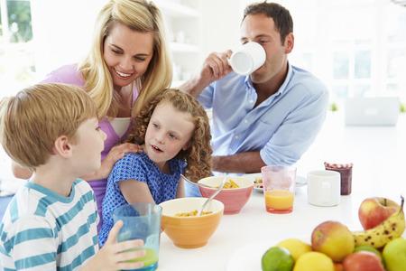 Familie die Ontbijt in Keuken Samen