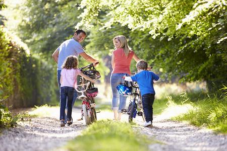 家族の国のトラックに沿って自転車を押す