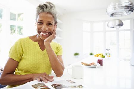 Frau Essen Frühstück und Lesezeitschrift