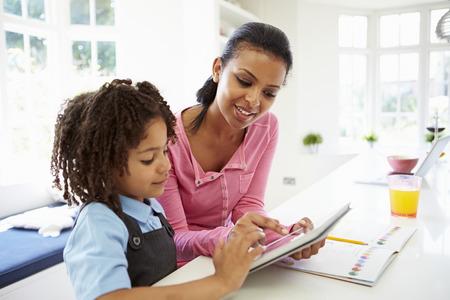 母と子の宿題のためデジタル タブレットを使用して 写真素材