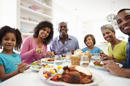 food on table: Multi Generation African American Family Eating pasto a casa Archivio Fotografico