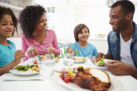 padres hablando con hijos: African American Family que come una comida en el pa�s junto Foto de archivo