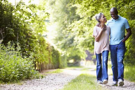 embracing couple: Caminar maduro del afroamericano Pares En Campo