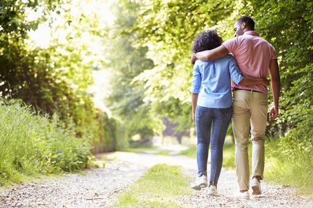 coppia amore: Giovani coppie dell'afroamericano che cammina nella campagna