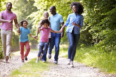 black guy: Africana Familia multi generacional Americana sobre Country Walk Foto de archivo