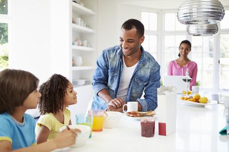 comiendo cereal: Familia que tiene el desayuno en cocina Juntos Foto de archivo