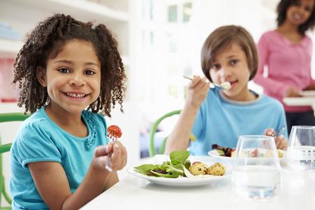 ni�os comiendo: African American Family que come una comida en el pa�s junto Foto de archivo