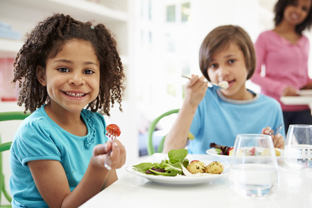 black girl: Afroamerikaner-Familie, die Mahlzeit zu Hause zusammen