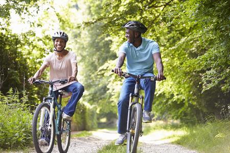 大人の田舎のサイクルに乗ってアフリカ系アメリカ人のカップル