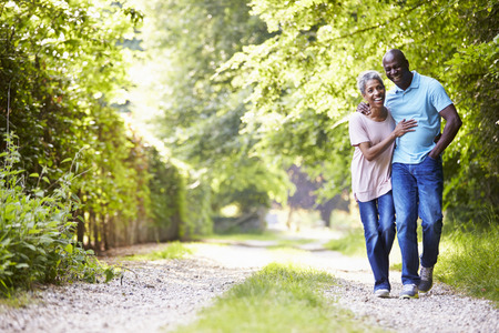 parejas romanticas: Caminar maduro del afroamericano Pares En Campo