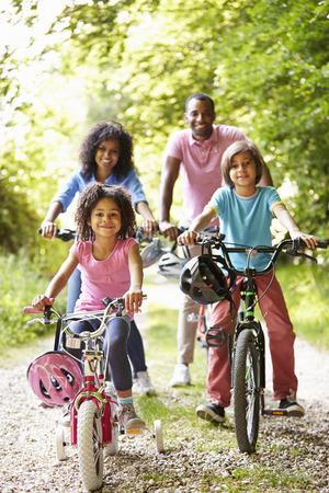 African American Family Op fietstocht In Platteland Stockfoto