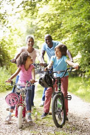Los abuelos con los nietos el paseo del ciclo en la campiña