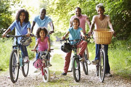 familias unidas: Africano Familia multi generacional estadounidense en paseo del ciclo Foto de archivo
