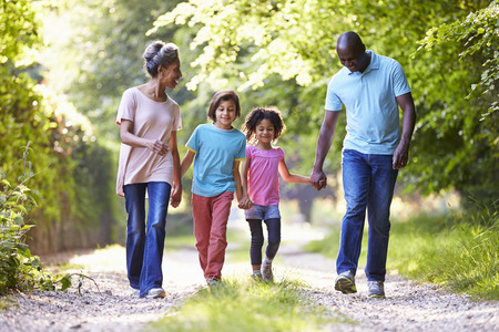 persona caminando: Abuelos con los nietos que recorre a trav�s del Campo