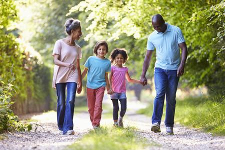 persona cammina: Nonni con i nipoti a piedi attraverso la campagna
