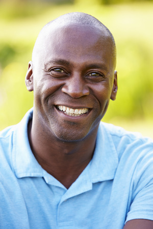 hombres negros: Retrato al aire libre del hombre en Campo