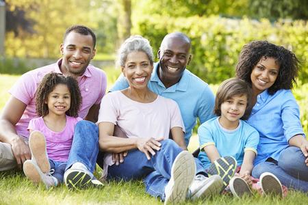 ni�os felices: Multi Generaci�n familia afroamericana sentado en el jard�n