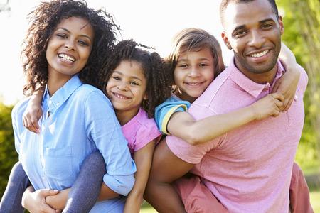 African American Rodzice Nadanie barana Rides Dzieci