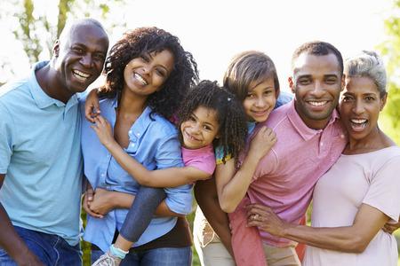 familien: Multi-Generation Afroamerikaner-Familie steht im Garten Lizenzfreie Bilder