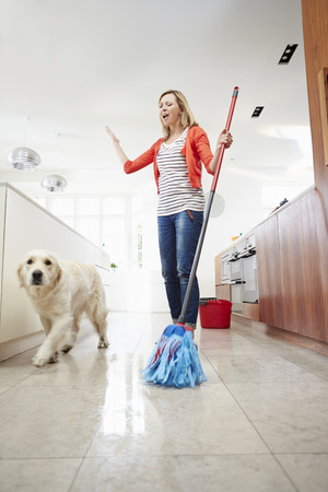 Making Dog Mess Of piso recién trapeado