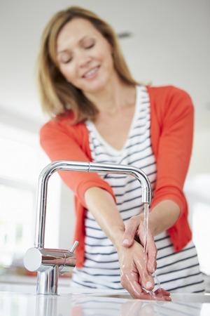 lavandose las manos: Cerca de la mujer Lavarse las manos en la cocina del fregadero