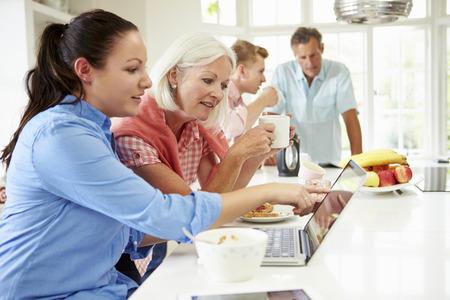 Familie met volwassen kinderen samen ontbijten