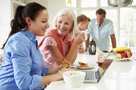 niños desayunando: Familia con hijos adultos que desayunan junto