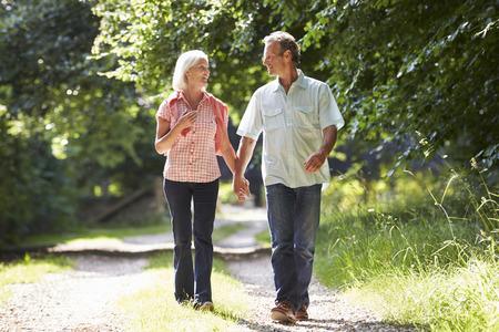 Romantic Medio Evo coppia a piedi lungo Campagna Path Archivio Fotografico - 31009505